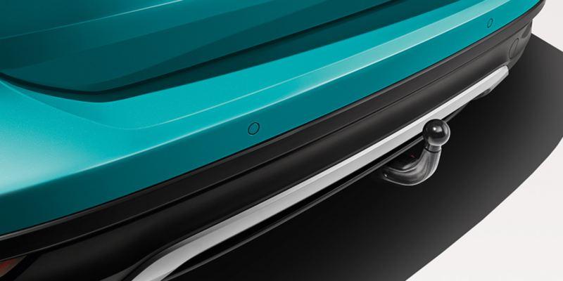 Dettaglio del gancio di traino con kit di presa elettrica originale Volkswagen, montato su una T-Cross. È disponibile anche in versione sfilabile.