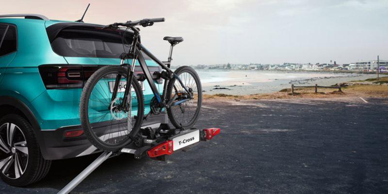 """Dettaglio del porta biciclette pieghevole """"Premium"""" originale Volkswagen. Disponibile per due biciclette con rampa pieghevole per agevolarne il carico e lo scarico delle biciDettaglio del porta biciclette pieghevole """"Premium"""" originale Volkswagen, montato sul retro di una T-Cross. Disponibile per due biciclette o e-bike. Disponibile con o senza rampa per l'agevolazione del carico delle biciclette."""