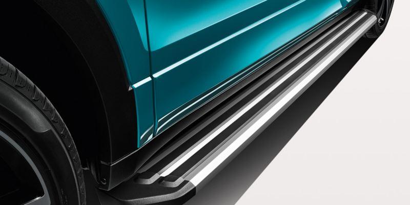 Dettaglio dei predellini per minigonne in alluminio originali Volkswagen montati su una T-Cross.