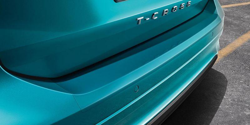 Dettaglio della protezione battuta portellone in pellicola trasparente originale Volkswagen applicata su una T-Cross.