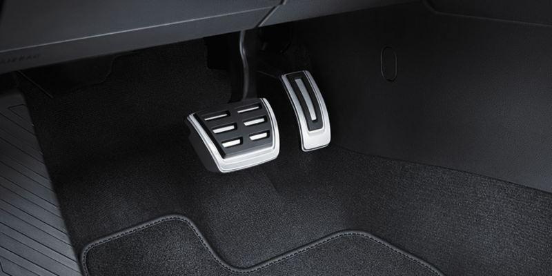 Dettaglio dei copri pedaliera per cambio automatico DSG originali Volkswagen montati su una T-Cross.