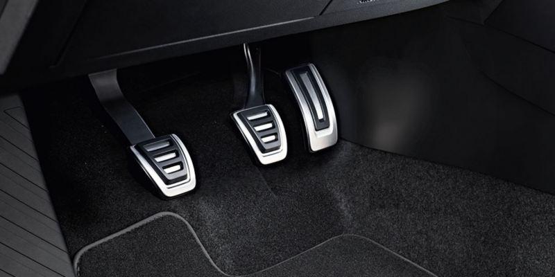 Dettaglio dei copri pedaliera per cambio manuale originali Volkswagen montati su una T-Cross.