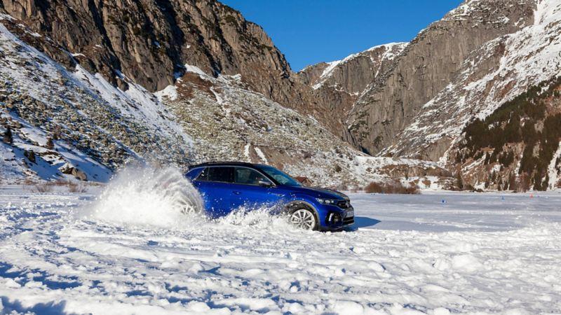 Blauer T-Roc R fährt Runden im Schnee in Andermatt.