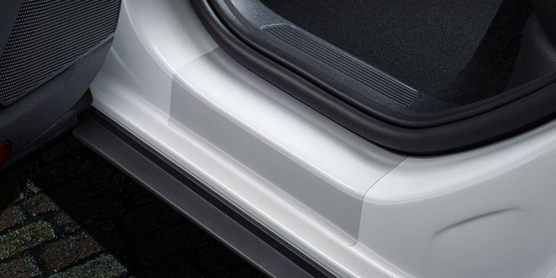 Dettaglio delle pellicole battitacco trasparenti originali Volkswagen, applicate su una T-Roc.