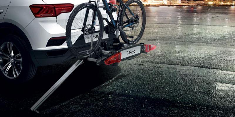 """Dettaglio del porta biciclette pieghevole """"Premium"""" originale Volkswagen. Disponibile per due biciclette con rampa pieghevole per agevolarne il carico e lo scarico delle bici.Dettaglio del porta biciclette pieghevole """"Premium"""" originale Volkswagen. Disponibile per due o tre biciclette con rampa pieghevole per agevolarne il carico e lo scarico delle bici."""