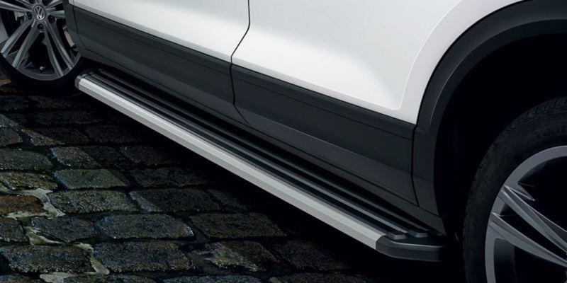 Dettaglio dei predellini per minigonne in alluminio originali Volkswagen montati su una T-Roc.
