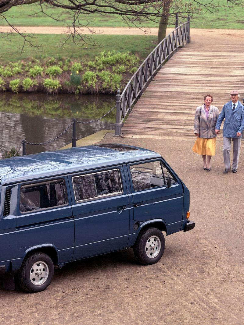 Um casal a passear num parque junto à Multivan