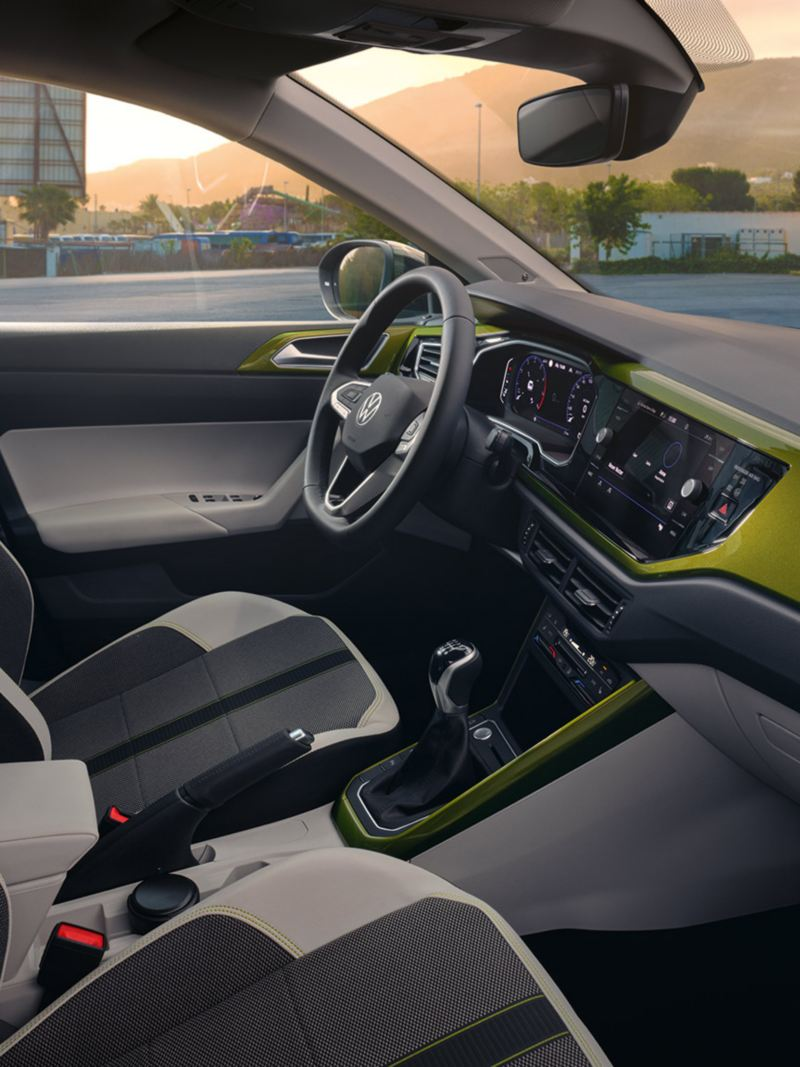 """VW Taigo interior: View into the cockpit with the optional """"Visual Green"""" design package"""