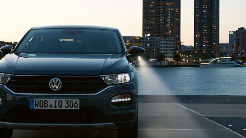 Widok VW T-Roc od przodu o zmroku