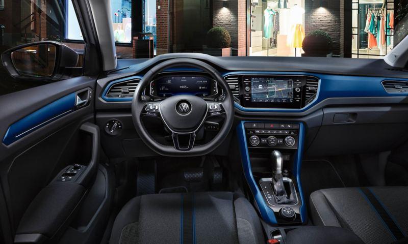 VW T-Roc Style interni, cockpit con pad del cruscotto in blu Ravenna, volante multifunzione, navigazione e Digital Cockpit Pro a fuoco