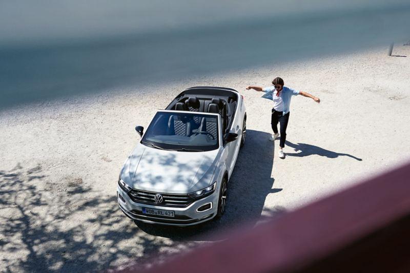 Man steht neben dem VW T-Roc Cabriolet