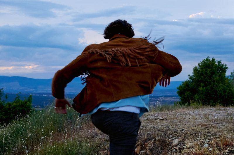 Un homme court sur une colline