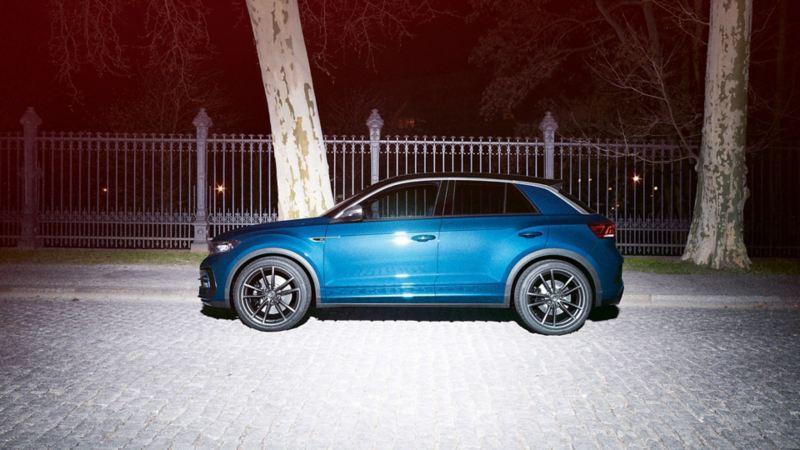 Volkswagen T-Roc R estacionado numa rua, vista lateral