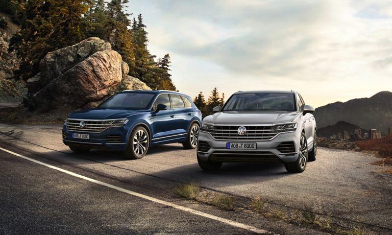 due Volkswagen Touareg parcheggiate l'una accanto all'altra in un paesaggio di montagna