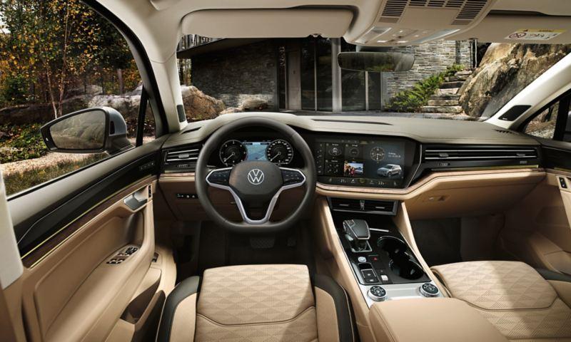 Vue sur le cockpit Innovision dans le VW Touareg