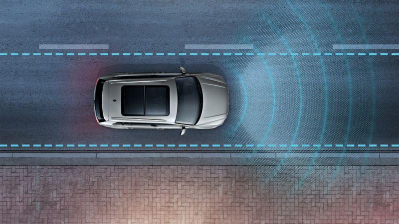 VW Tiguan nocą jedzie drogą, widziany z góry. Linie przedstawiają działanie czujników Lane Assist.