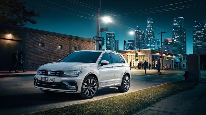 VW Tiguan R-Line stoi nocą na drodze