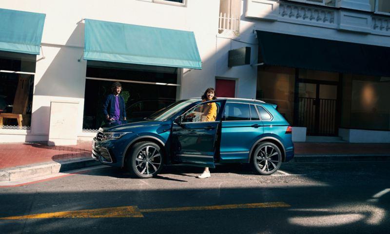 Kobieta wysiada przez drzwi kierowcy VW Tiguana