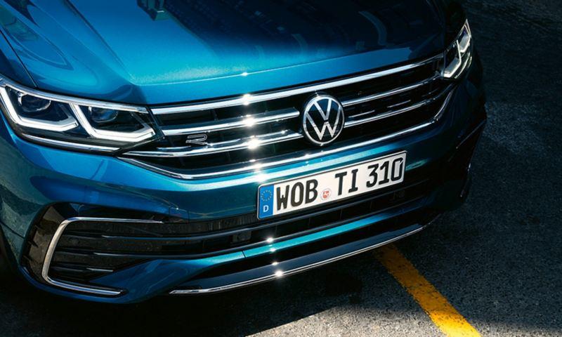 VW Tiguani esiosa koos radiaatorivõre ja esituledega