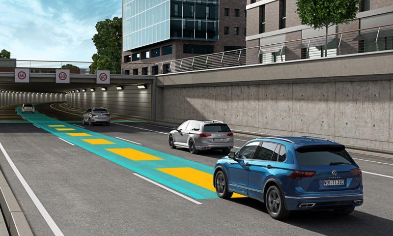 """Illustrazione grafica che mostra il funzionamento del pacchetto di assistenza alla guida """"Travel Assist"""" di Volkswagen Nuova Tiguan Allspace."""