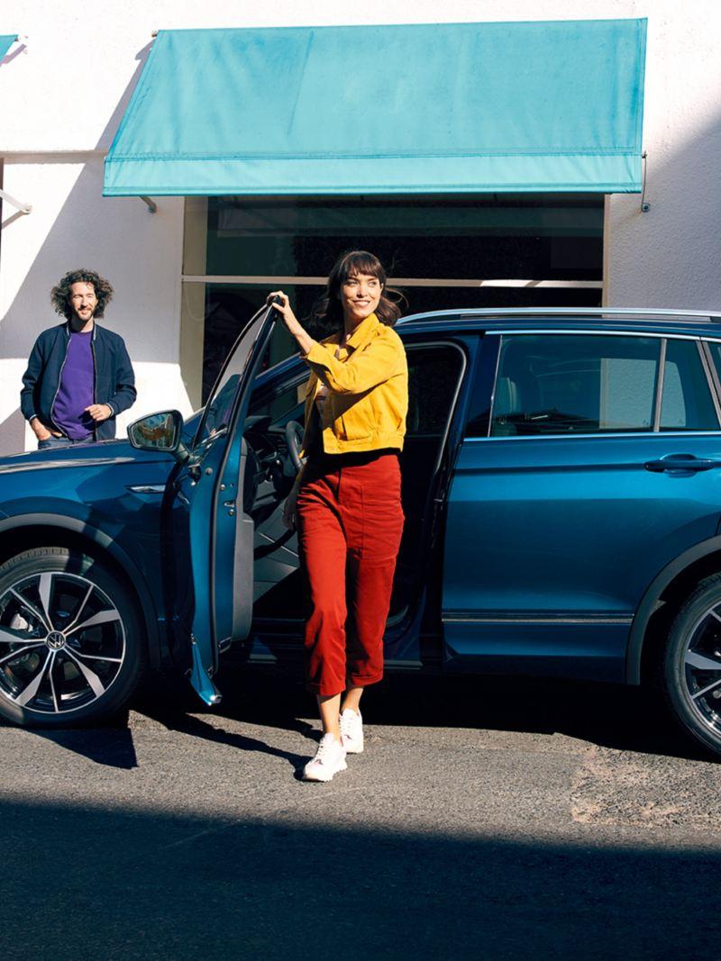 Naine väljub VW Tiguanist