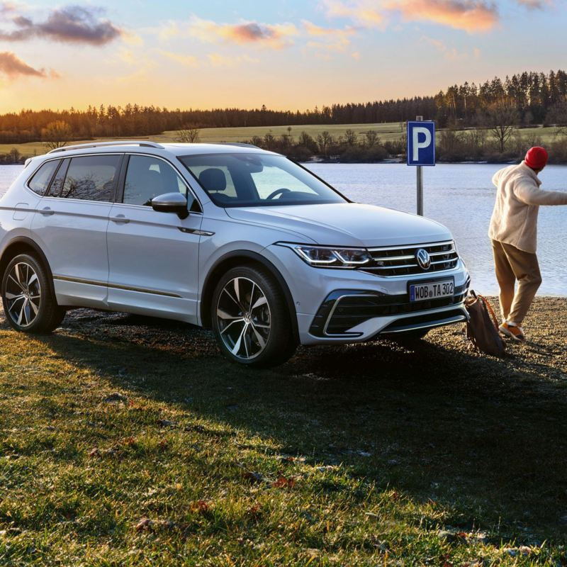 Volkswagen Tiguan Allspace står parkerad vid en sjö