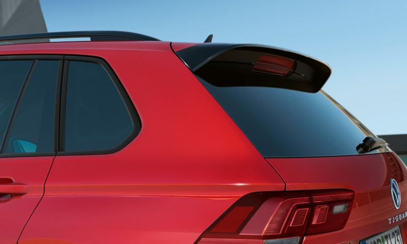 Detail of the C-pillar of a Tiguan URBAN SPORT in red, with darkened rear and side windows.