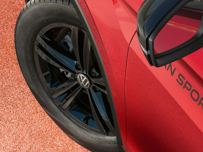 "Detailed view of the black rim ""Sebring"" of the Tiguan URBAN SPORT."
