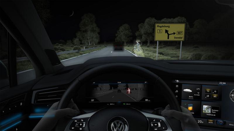 Widok przez przednią szybę Volkswagena, droga jest oświetlona reflektorami