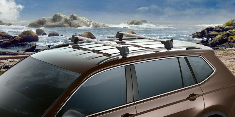 Dettaglio delle barre portatutto originali Volkswagen, montate su una Tiguan Allspace.