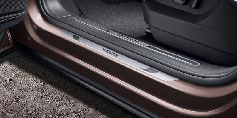 Dettaglio dei listelli battitacco in alluminio originali Volkswagen, applicati su una Tiguan Allspace.