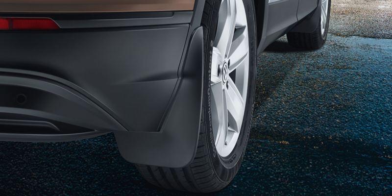Dettaglio dei paraspruzzi originali Volkswagen montati su una Tiguan Allspace.