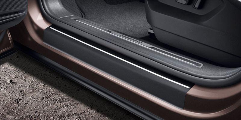 Dettaglio delle pellicole battitacco nere con strisce argento originali Volkswagen, applicate su una Tiguan Allspace.