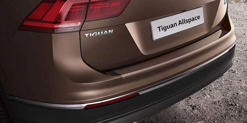 Dettaglio della protezione battuta portellone in pellicola trasparente originale Volkswagen applicata su una Tiguan Allspace.