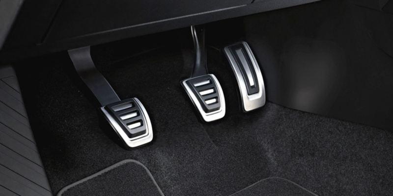 Dettaglio dei copri pedaliera in acciaio originali Volkswagen, montati su una Tiguan Allspace. Disponibile per vetture con cambio manuale e con cambio automatico DSG.