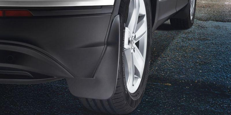 Dettaglio dei paraspruzzi originali Volkswagen montati su una Tiguan.