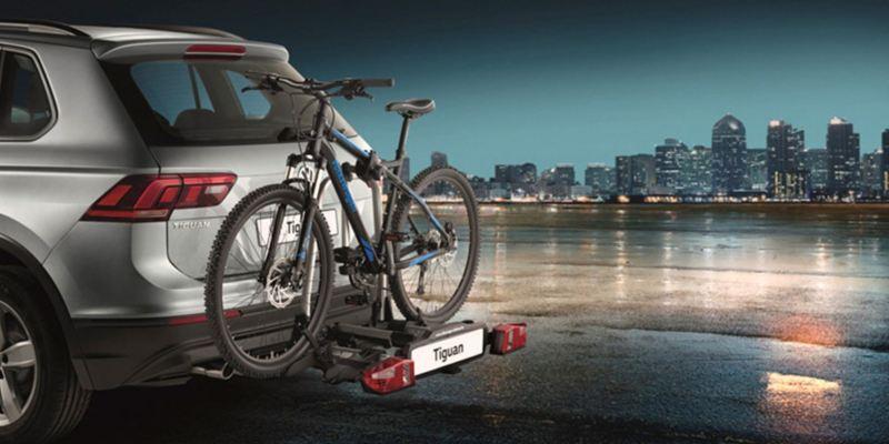 """Dettaglio del porta biciclette pieghevole """"Compact"""" originale Volkswagen, montato sul retro di una Tiguan. Disponibile per due o tre biciclette."""