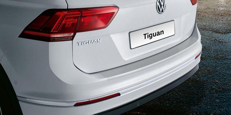 Dettaglio della protezione battuta portellone in pellicola trasparente originale Volkswagen applicata su una Tiguan.