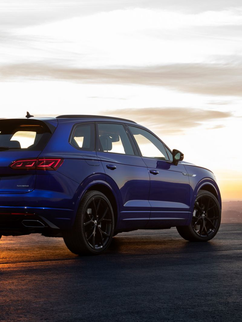 VW Touareg R, vue de l'arrière, coucher de soleil