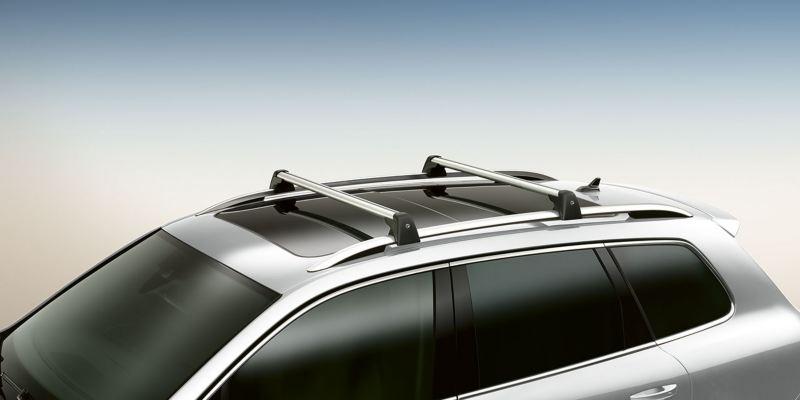Dettaglio delle barre portatutto originali Volkswagen, montate su una Touareg.