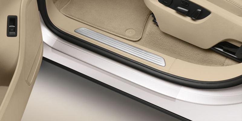 Dettaglio delle pellicole protettive per battitacco trasparenti originali Volkswagen, applicate su una Touareg.