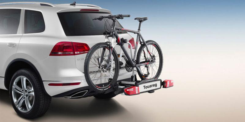 """Dettaglio del porta biciclette pieghevole """"Compact"""" originale Volkswagen, montato sul retro di una Touareg. Disponibile per due o tre biciclette."""