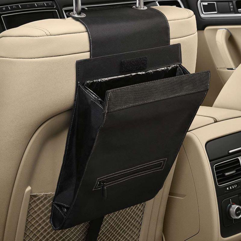 """Dettaglio del portarifiuti """"Clean Solution"""" originale Volkswagen, applicabile al poggia testa del sedile; montato in una Touareg."""