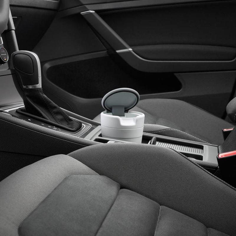 Dettaglio del portarifiuti originale Volkswagen, applicabile al supporto porta bicchieri; montato in una Touareg.