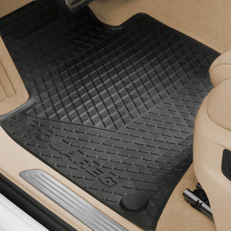Dettaglio dei tappetini in gomma originali Volkswagen, montati in una Touareg.