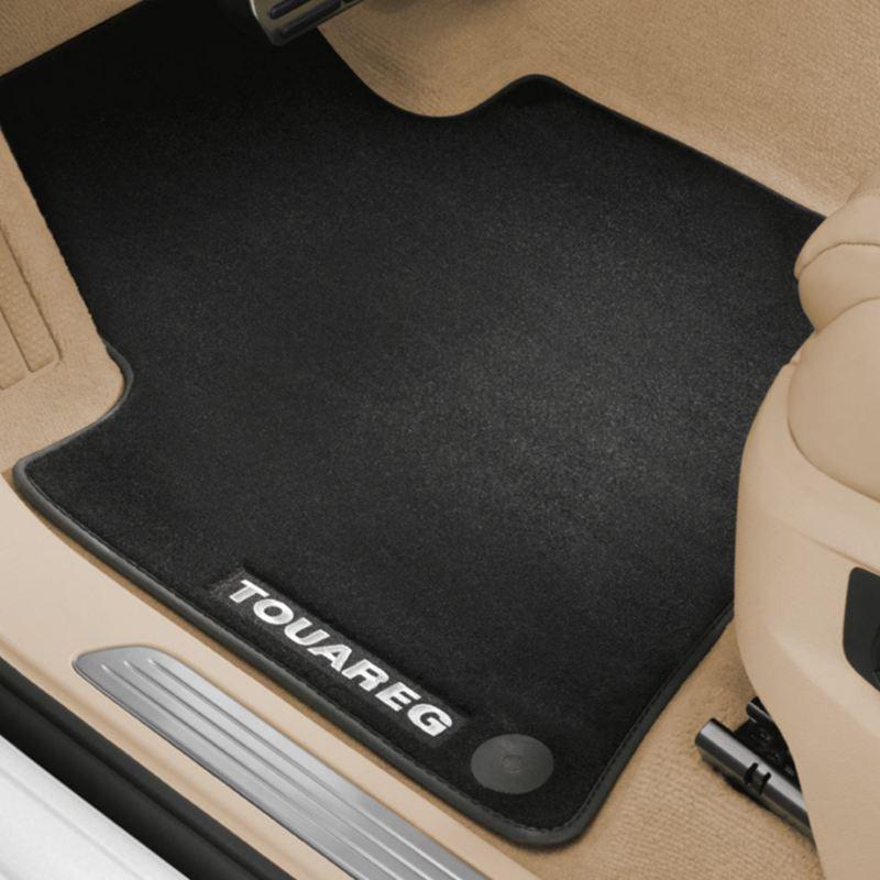 """Dettaglio dei tappetini in moquette """"Premium"""" originali Volkswagen, montati in una Touareg."""
