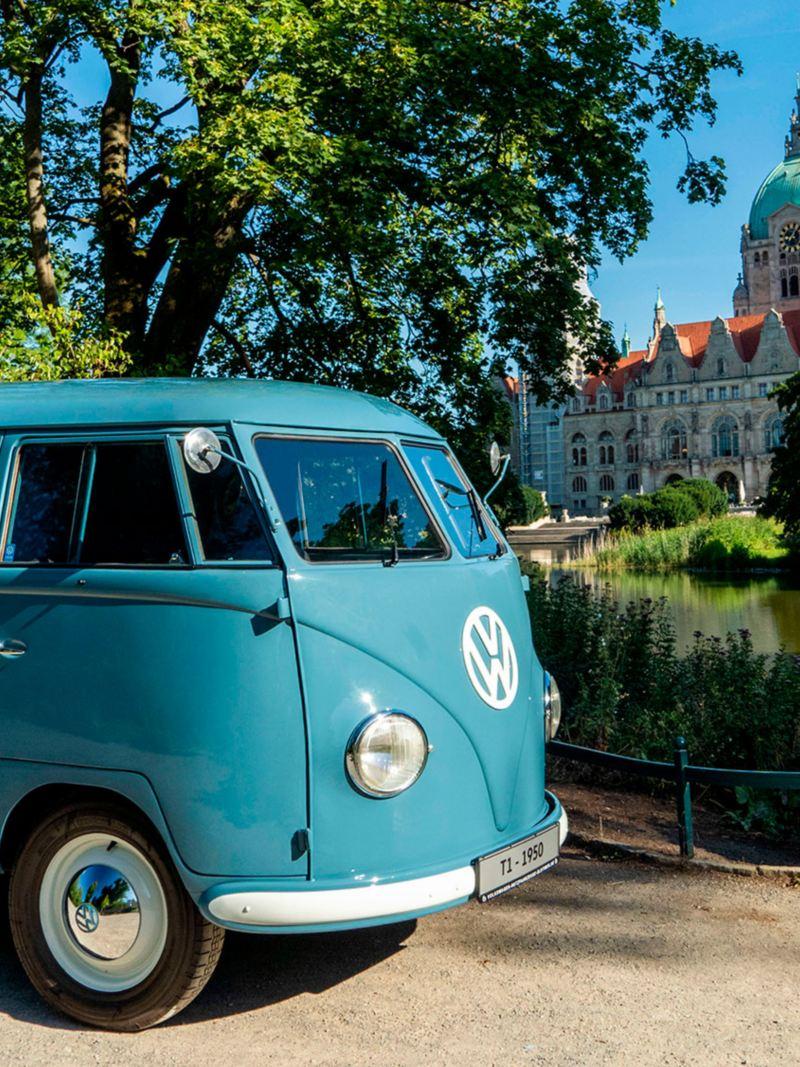 A VW Transporter Sofie em frente a um lago e a um palácio.
