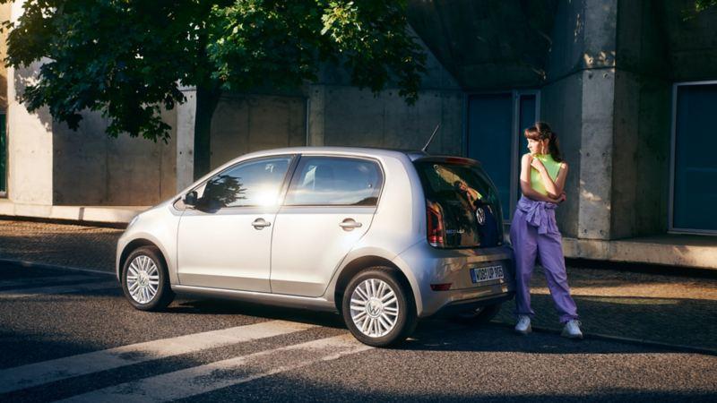 ragazza dietro di Volkswagen eco up!