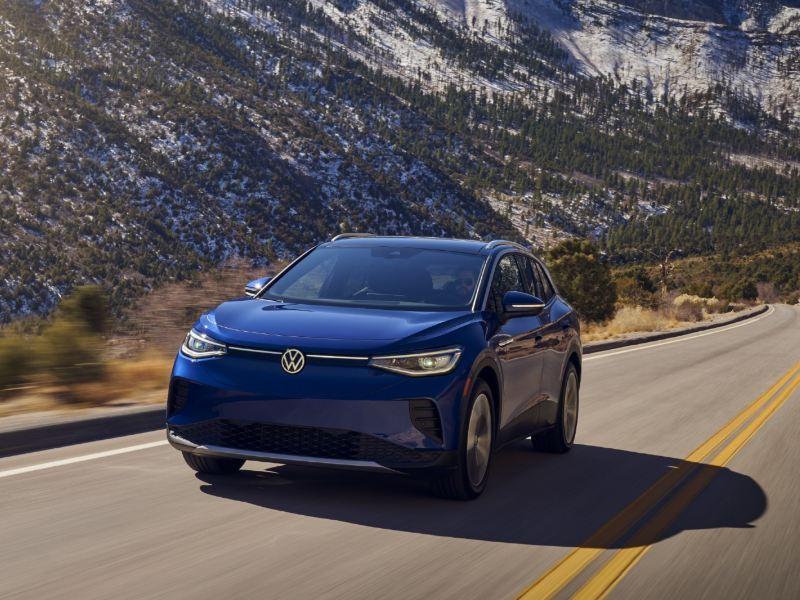 SUV ID.4 azul conducido en carretera