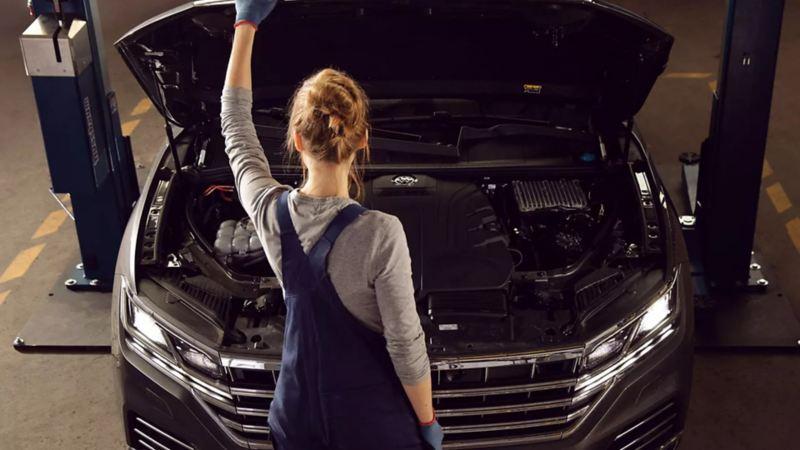 Especialista realizando mantenimiento a auto volkswagen